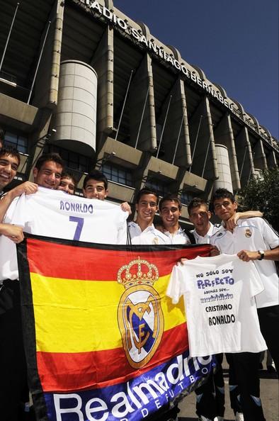 Cristiano+Ronaldo+Fans+Celebrate+Contract+AX8qaOE2Uozl